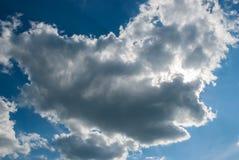 Un cielo blu con le nuvole ricce Fotografia Stock