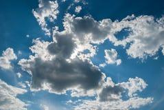 Un cielo blu con le nuvole ricce un giorno soleggiato Immagine Stock