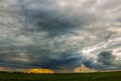 Un cielo drammatico immagine stock