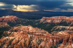 Un cielo drammatico spara i raggi del Sun su Bryce Canyon National Park fotografia stock