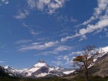 Un cielo grande y montañas foto de archivo