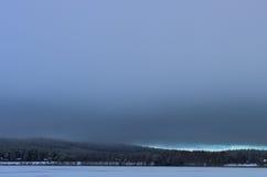 Un cielo grigio in inverno fotografia stock