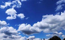 Un cielo hermoso con las nubes en días calientes en Moravia del norte en República Checa en Europa foto de archivo libre de regalías