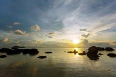 Un cielo hermoso de la puesta del sol sobre la playa tropical Fotografía de archivo