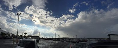 Un cielo hermoso en un estacionamiento Imagenes de archivo
