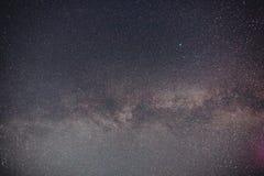 Un cielo nocturno por completo de la estrella y de la vía láctea visible fotografía de archivo