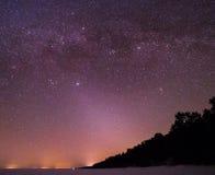 Un cielo notturno stary con le tracce di Via Lattea Immagini Stock Libere da Diritti