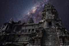 Un cielo por completo de estrellas en Angkor Wat Imagen de archivo libre de regalías
