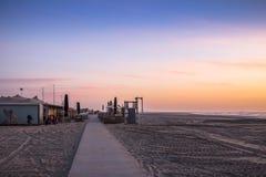 Un cielo stabilito del sole rosa della spiaggia immagine stock libera da diritti