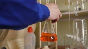 Un científico joven conduce la investigación en un laboratorio químico almacen de video