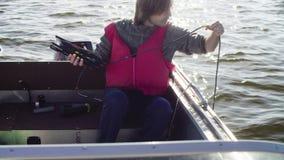 Un científico que mide el pH del lago usando un medidor de pH metrajes
