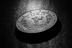 Un cierre de la moneda del centavo euro encima de blanco y negro borroso Fotos de archivo libres de regalías