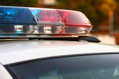 Un cierre de la unidad de la sirena de policía para arriba imagen de archivo