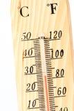 Un cierre de madera del termómetro para arriba. Fotos de archivo libres de regalías