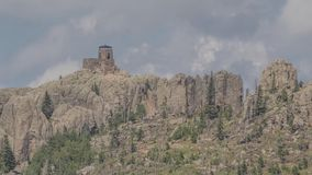 Un cierre del Telephoto encima del tiro en la atalaya de piedra del fuego encima del pico negro de los alces en Black Hills de Da almacen de video
