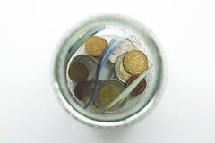 Un cierre encima de la foto de un tarro de cristal por completo de dinero surafricano con un fondo llano fotos de archivo