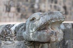 Un cierre encima de la foto de una cabeza esculpida de la serpiente en el Chichen Itza méxico imagenes de archivo