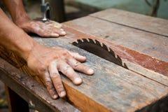 Hombre que trabaja en una sierra. fotografía de archivo libre de regalías