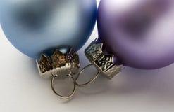Un cierre encima de la imagen de una chuchería púrpura y azul de la Navidad Fotos de archivo