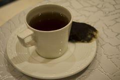 Un cierre encima de la imagen de una taza de té Fotografía de archivo