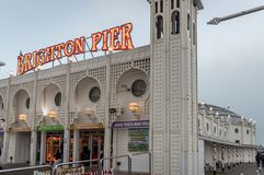 Un cierre encima de la opinión Brighton Pier momentos antes de la puesta del sol, Sussex, Reino Unido imagen de archivo