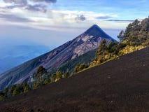 Un cierre encima de la vista del volcán de fuego del soporte durante el día fuera de Antigua, Guatemala imagen de archivo