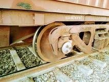 Un cierre encima de la vista de la rueda de un tren imágenes de archivo libres de regalías