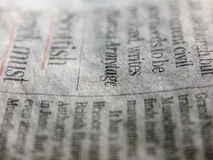 Un cierre encima del ángulo de un estilo retro enrrollado y fresco del periódico imágenes de archivo libres de regalías