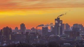 Un cierre encima del paisaje urbano tirado de capas de edificios de Minneapolis en una puesta del sol vibrante 4K UHD Timelapse d almacen de video
