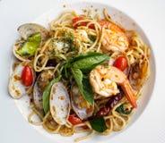 Un cierre encima del plato de espaguetis Fotos de archivo