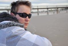 Del tiempo hombre joven hacia fuera - solamente en la playa arenosa blanca Fotografía de archivo libre de regalías