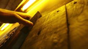 Un cierre encima del vídeo de un cierre de puerta de madera viejo sauna almacen de video