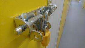Un cierre para arriba de un candado y de un perno de puerta en una puerta de la unidad de almacenamiento Imagen de archivo