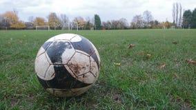 Un cierre para arriba de un fútbol en la tierra Fotografía de archivo