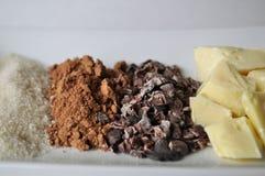 Un cierre para arriba de los ingredientes crudos para hacer el chocolate Fotografía de archivo