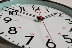 Un cierre para arriba de un reloj que hace tictac foto de archivo libre de regalías