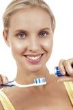 Un cierre para arriba de una mujer con el cepillo de dientes. Foto de archivo libre de regalías