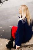 Un cierre para arriba de una mujer que se sienta por el río Foto de archivo libre de regalías