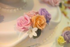 Un cierre para arriba de una torta de boda Imagen de archivo libre de regalías