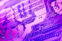 Un cierre violeta de la placa de circuito para arriba foto de archivo