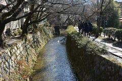 Un cierto paseo de la gente junto con el pequeño canal Fotos de archivo