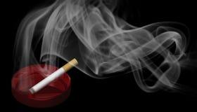 Un cigarrillo ardiente en un cenicero rojo con humo Fotografía de archivo