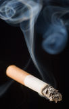 Un cigarrillo que fuma Fotos de archivo