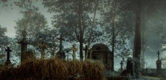 Un cimitero antico nella nebbia e nella luce della luna immagini stock