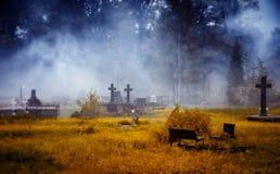 Un cimitero antico nella nebbia e nella luce della luna illustrazione di stock
