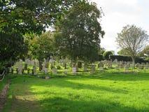 Un cimitero in erba soleggiata Immagine Stock