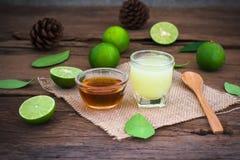 un citron de chaux avec du jus et le miel en verre transparent avec le sac Images stock