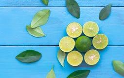 un citron de chaux sont demi coupe sur le fond en bois bleu Conduite Photo stock