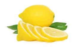 Un citron mûr et tranches avec les feuilles vertes () Image libre de droits