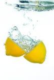 Un citron sliched dans l'eau photos stock